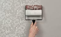 Rodillos con tampones para decorar las paredes mientras pintas