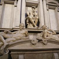 Nada de agua y jabón: estos investigadores están limpiando las estatuas de mármol de Miguel Ángel con bacterias