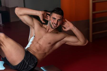 Tres ejercicios abdominales que deberías evitar en el gimnasio