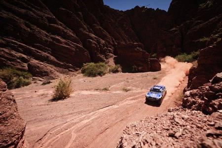 Carlos Sainz vuelve a ganar a las puertas del desierto