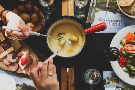 Cenas junto al fuego: recetas de fondue, raclette y grill para refugiarse en casa cuando aprieta el frío