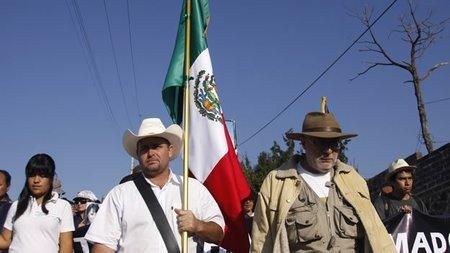El poeta Javier Sicilia encabeza la 'Caravana del consuelo' rumbo a la frontera con EEUU