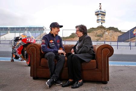 ¿Recuerdas a la señora de los rulos que se subió al coche con Marc Márquez? Pues ha vuelto