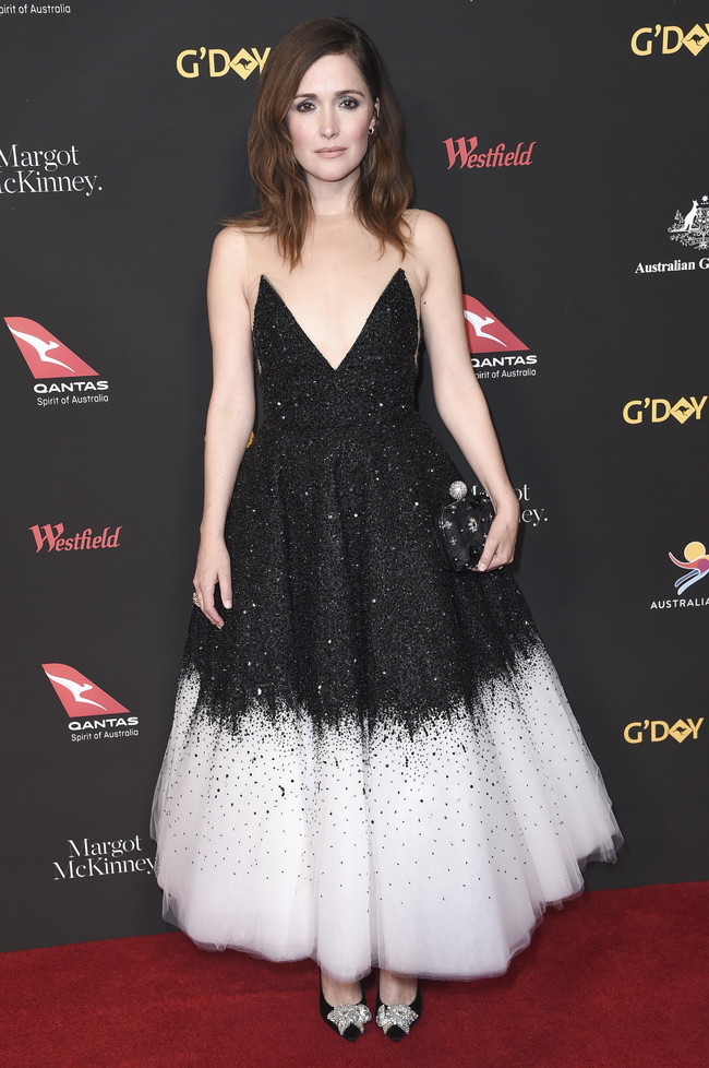 gala g'day alfombra roja red carpet look estilismo outfit Rose Byrne