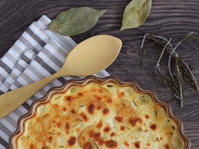 Gratinado de patatas con provolone al romero y laurel. Receta de guarnición