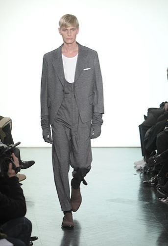 Yves Saint Laurent, Otoño-Invierno 2010/2011 en la Semana de la Moda de París. Mono