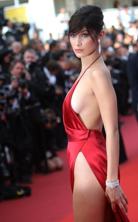 Bella Hadid lo enseña todo en la alfombra roja de The Unknown Girl en el Festival de Cannes