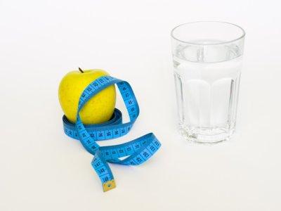 Beber más agua, ¿realmente ayuda a adelgazar?