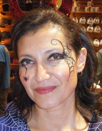 Maquillaje de Halloween: telaraña en un ojo, araña en la mejilla