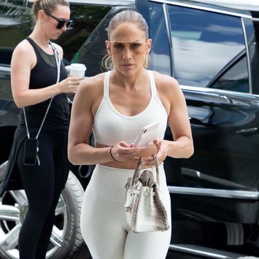 Jennifer López combina uno de los bolsos más caros del mundo con un conjunto deportivo para ir al gimnasio