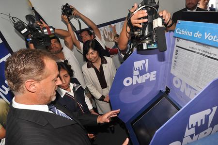 Cabina de votación electrónica de la Oficina Nacional de Procesos Electorales de Perú.
