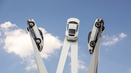 Si vas a Zuffenhausen no te estrelles con la Porscheplatz o te caerán tres 911 desde 24 metros de altura