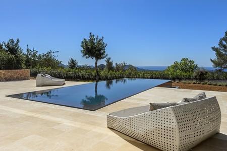 Puertas abiertas: una espectacular casa de diseño minimalista en Ibiza