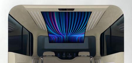 En Hyundai creen que la evolución ideal del espacio interno de sus IONIQ incluye una pantalla flexible de 77 pulgadas
