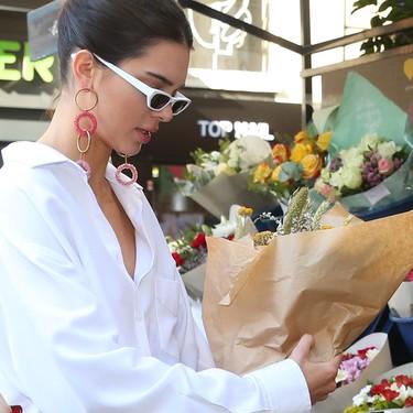 Kendall Jenner se viste como la chica yeyé más sesentera para ir a comprar flores
