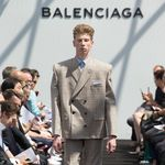 Llegan las gigantescas hombreras de Balenciaga a las tiendas, ¿se acerca el fin del mundo?