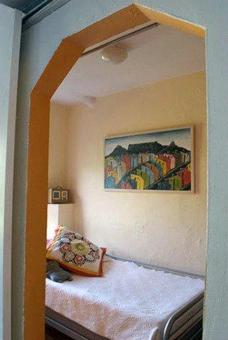 Un dormitorio de invitados amarillo