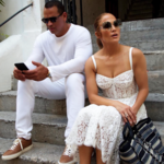 Jennifer López elige las prendas míticas de Dolce & Gabbana durante sus vacaciones en Capri ¡No te pierdas sus videos cantando!