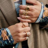 Exceso de anillos (dorados): viste tus dedos con los mejores diseños del momento