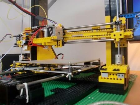 Detalle de la impresora 3D construida con piezas de LEGO