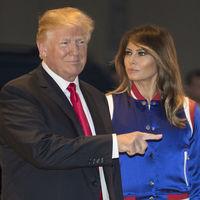 Melania Trump como nunca la habías visto antes: con bomber de satén (para celebrar la Super Bowl)
