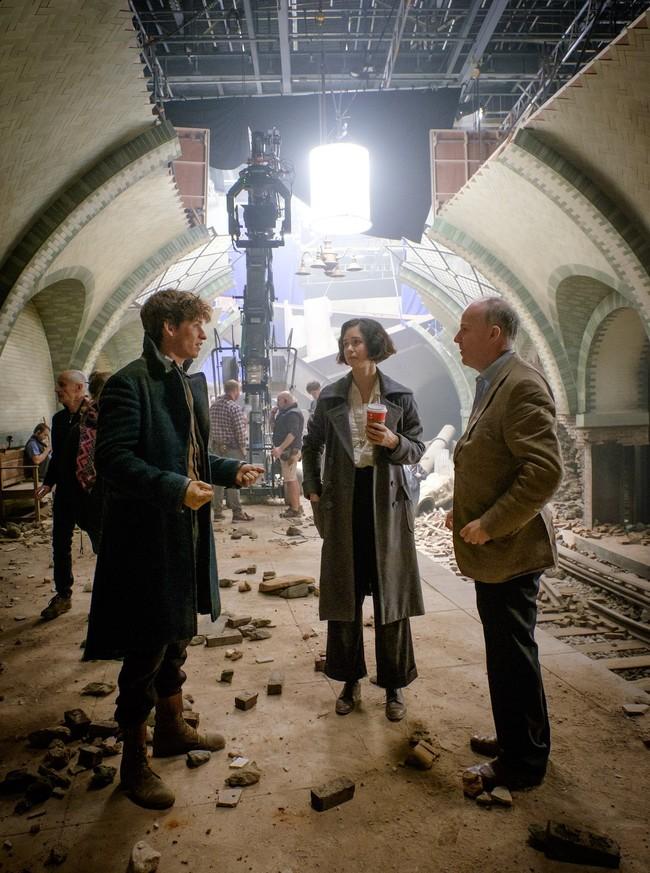 Eddie Redmayne, Katherine Waterstone y David Yates durante el rodaje