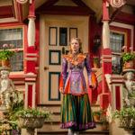 'Alicia a través del espejo' llega al cine y a nosotros nos encanta su imponente vestuario