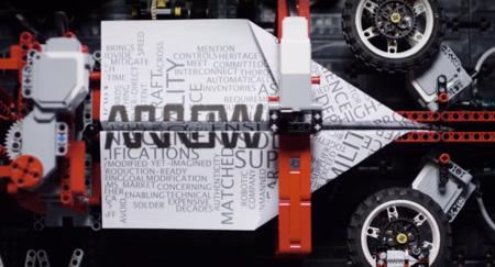 La compleja máquina Lego que hace avioncitos de papel