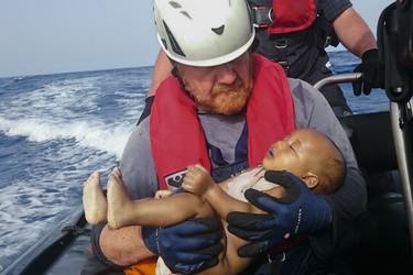 Una foto que nos estruja el corazón: el bebé sin nombre ahogado en el mar muestra la cruel realidad de los refugiados