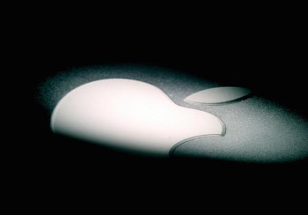 El viaje al iWarch: logo de Apple entre sombras