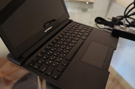 Detalle del teclado y el Trackpad, con los dos botones