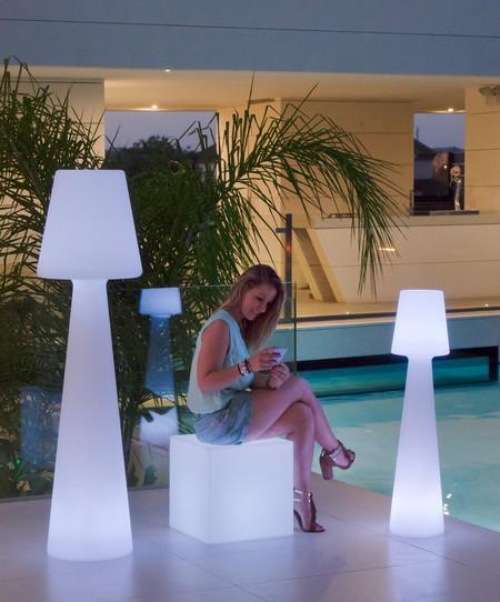 Dos en uno, con estas lámparas repetidores de Leroy Merlin podrás llevar el wifi hasta la esquina más lejana de tu jardín o terraza