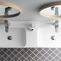Colores claros y formas geométricas simples para lograr un ambiente más natural en el cuarto de baño