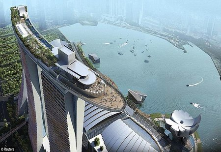 Piscina de lujo con vistas impresionantes en Singapur