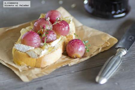 Bruschetta con Camembert y uvas al horno: receta de picoteo o para una cena rápida