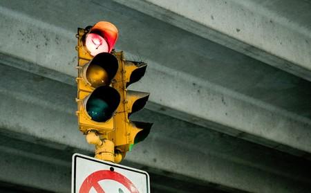 Ya existen semáforos inteligentes que no se pondrán en verde si tocas el claxon