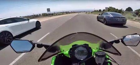 Cosas que no hacer en carretera con una Kawasaki ZX-10R: picarte con dos Tesla, y que además te humillen