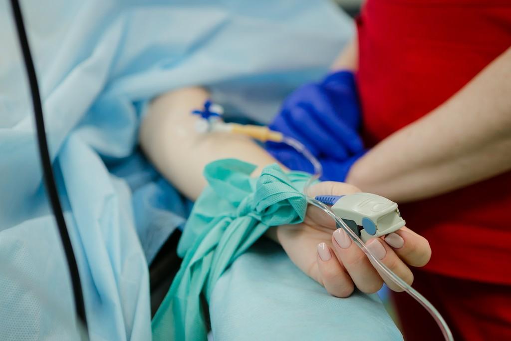 Cómo es el tratamiento de una persona que da positivo por coronavirus