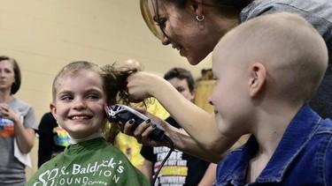 """""""Sé audaz, sé valiente, rápate"""" y más de 80 alumnos lo hacen para luchar contra el cáncer infantil"""