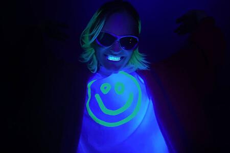 Balenciaga quiere que brillemos en la oscuridad con su nueva colección cápsula de camisetas y accesorios
