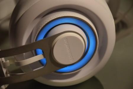 Los auriculares iluminados con color azul