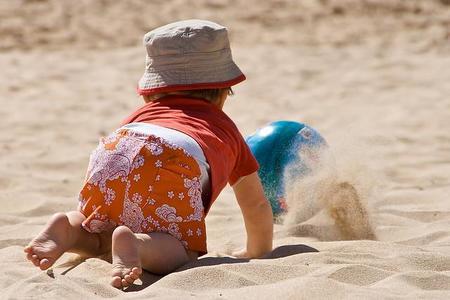 La foto de tu bebé en agosto: el bebé en la playa