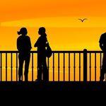 Los patrones al andar se vuelven más lentos y más variables si una persona se siente incómoda con su entorno