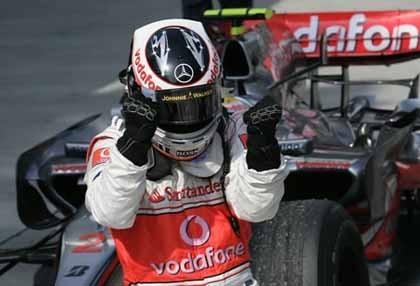 Hamilton bloquea en la salida a Alonso