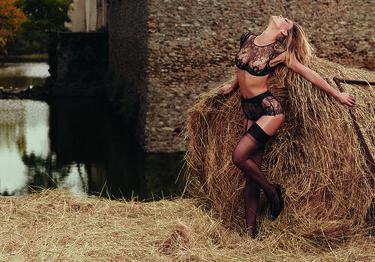 Bar Refaeli retoza entre la paja para la campaña más sexy de Agent Provocateur