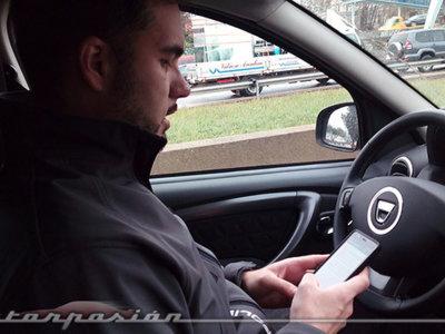 Nos lo dicen, nos lo repiten y seguimos usando el móvil en el coche