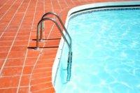 Un ejercicio para trabajar los abdominales en la piscina