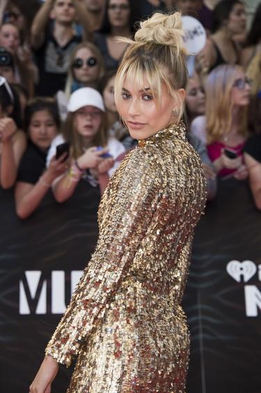 Hailey Baldwin brilla con lentejuelas doradas en los iHeartRadio MMVAs