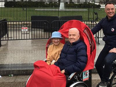 El hombre que le robó el corazón a Copenhague llevando de paseo a los ancianos en bici