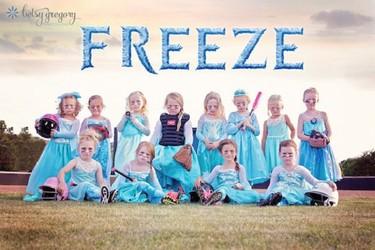 """""""Freeze"""", el equipo de princesas Disney que juega al softball crea sensación en las redes"""